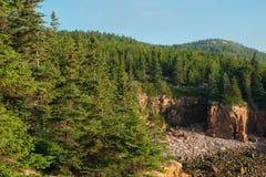 Mt Jordanien und die Klippen auf den Ufern des Acadia-Nationalparks Stockbild