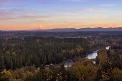 MT Kap en Clackamas-rivier in de herfstzonsondergang Stock Afbeeldingen