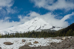 MT-Kap met wolken en blazende sneeuw Stock Foto