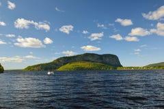 Mt Kineo na łosia amerykańskiego Głowa jeziorze W Środkowym Maine fotografia stock