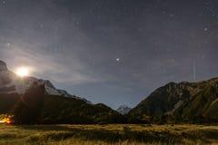 Mt kock på natten med stjärnor i himlen Fotografering för Bildbyråer