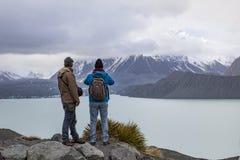 Mt KOCKNATIONALPARK NYA ZEELAND - august 31: två av turist- mor Arkivfoto