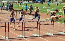 Mt La reunión 2015, 100 del atletismo de las retransmisiones del saco mide altos obstáculos Pasado ser celebrado en el estadio hi Imagen de archivo libre de regalías
