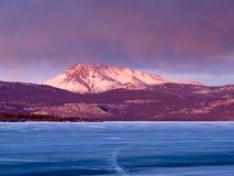 Mt. Laurier en Meer Laberge, Yukon T., Canada royalty-vrije stock fotografie