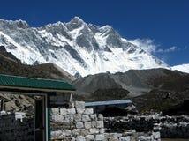 Mt. Lhotse en Dorp Stock Afbeelding