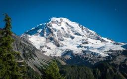 Mt Más lluvioso contra un cielo azul fotografía de archivo