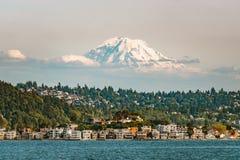 Mt más lluvioso sobre Seattle de Elliott Bay fotos de archivo libres de regalías