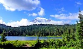Mt más lluvioso y lago reflection fotos de archivo