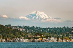 Mt mais chuvoso acima de Seattle de Elliott Bay fotos de stock royalty free