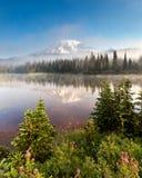 Mt mais chuvoso e lago reflection na manhã imagem de stock