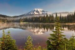 Mt mais chuvoso e lago reflection na manhã fotografia de stock royalty free