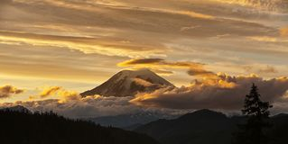 Mt mais chuvoso no por do sol com nuvens douradas fotos de stock royalty free