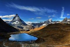 Mt Matterhorn reflekterade i Riffelsee den sjöZermatt kantonen av Vala Royaltyfria Bilder