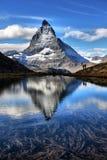 Mt Matterhorn reflekterade i Riffelsee den sjöZermatt kantonen av Vala Arkivfoton