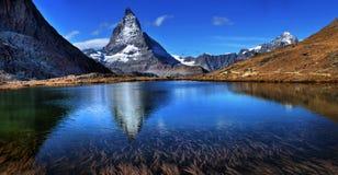 Mt Matterhorn reflekterade i Riffelsee den sjöZermatt kantonen av Vala Arkivfoto