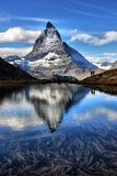 Mt Matterhorn s'est reflété dans le canton de Zermatt de lac Riffelsee de Vala photos stock