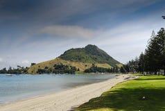 Mt Maunganui et plage Image stock