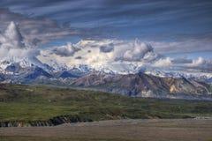 Mt. McKinley sopra il ghiacciaio di Muldrow Immagine Stock