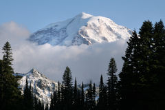 Mt Mer regnig och moln Arkivfoto