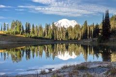 Mt mer regnig reflexion för mt Arkivbild