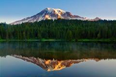 Mt mer regnig reflexion för mt Royaltyfri Foto