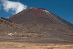 Mt Ngauruhoe dall'incrocio di Tongariro Immagini Stock