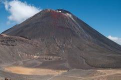 Mt Ngauruhoe dall'incrocio di Tongariro Fotografia Stock Libera da Diritti