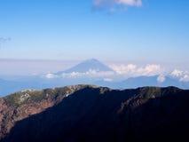 Mt Paisaje de Fuji en el benind de la opinión de la mucha altitud el canto de la montaña Fotografía de archivo libre de regalías