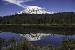 Mt più piovoso - lago reflection fotografia stock