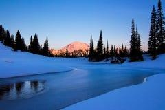 Mt Plus pluvieux, lac Tipsoo, Washington State Photos stock