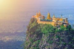 Mt Popa eller monteringsPopa hem av Nat burmesen royaltyfri foto