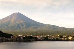 Mt Puesta del sol de Fuji en otoño en el lago Kawaguchiko Yamanashi, Japón Foto de archivo libre de regalías