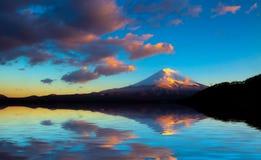 Mt que sorprende Fuji, Japón con la reflexión en encendido el agua en L Imágenes de archivo libres de regalías