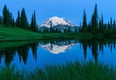Mt Rainier Reflection i den övreTipsoo sjön royaltyfri fotografi