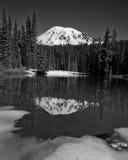 Mt Rainier Winter Reflection in Schwarzweiss Lizenzfreie Stockfotos