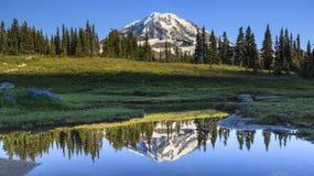 Mt. Riflessione più piovosa nella sosta dello spruzzo Immagine Stock Libera da Diritti