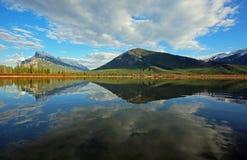 Mt Rundle и гора серы стоковая фотография rf