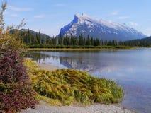 Mt Rundle zapewnia majestatycznego tło Obraz Royalty Free