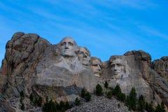 Mt Rushmore под голубыми небесами в лете стоковое фото rf