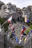 Mt Rushmore con las banderas del estado en primero plano Fotos de archivo libres de regalías
