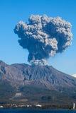 喷发日本鹿儿岛mt s sakurajima的城市 免版税库存图片