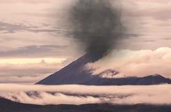 MT Semeru, hoogste piek van Java, in uitbarsting, Indonesië stock afbeelding