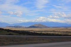Mt Shasta从高速公路5观看了 免版税库存照片