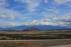 Mt Shasta从高速公路5观看了 库存照片