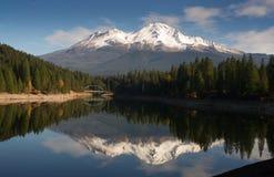 Mt Shasta反射Mountain湖谦虚桥梁加利福尼亚Recr 免版税库存图片