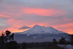 Mt Shasta con las nubes impares en la salida del sol Foto de archivo libre de regalías