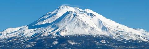 Mt Shasta mit frischem Schnee stockbild