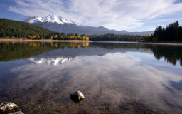 Mt Shasta Mountain湖明白水秋天颜色 免版税库存照片