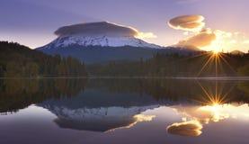 Mt Shasta reflektierte sich im Siskiyou See bei Sonnenaufgang lizenzfreie stockfotografie