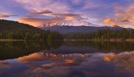 Mt Shasta reflektierte sich im Siskiyou See bei Sonnenuntergang lizenzfreies stockfoto